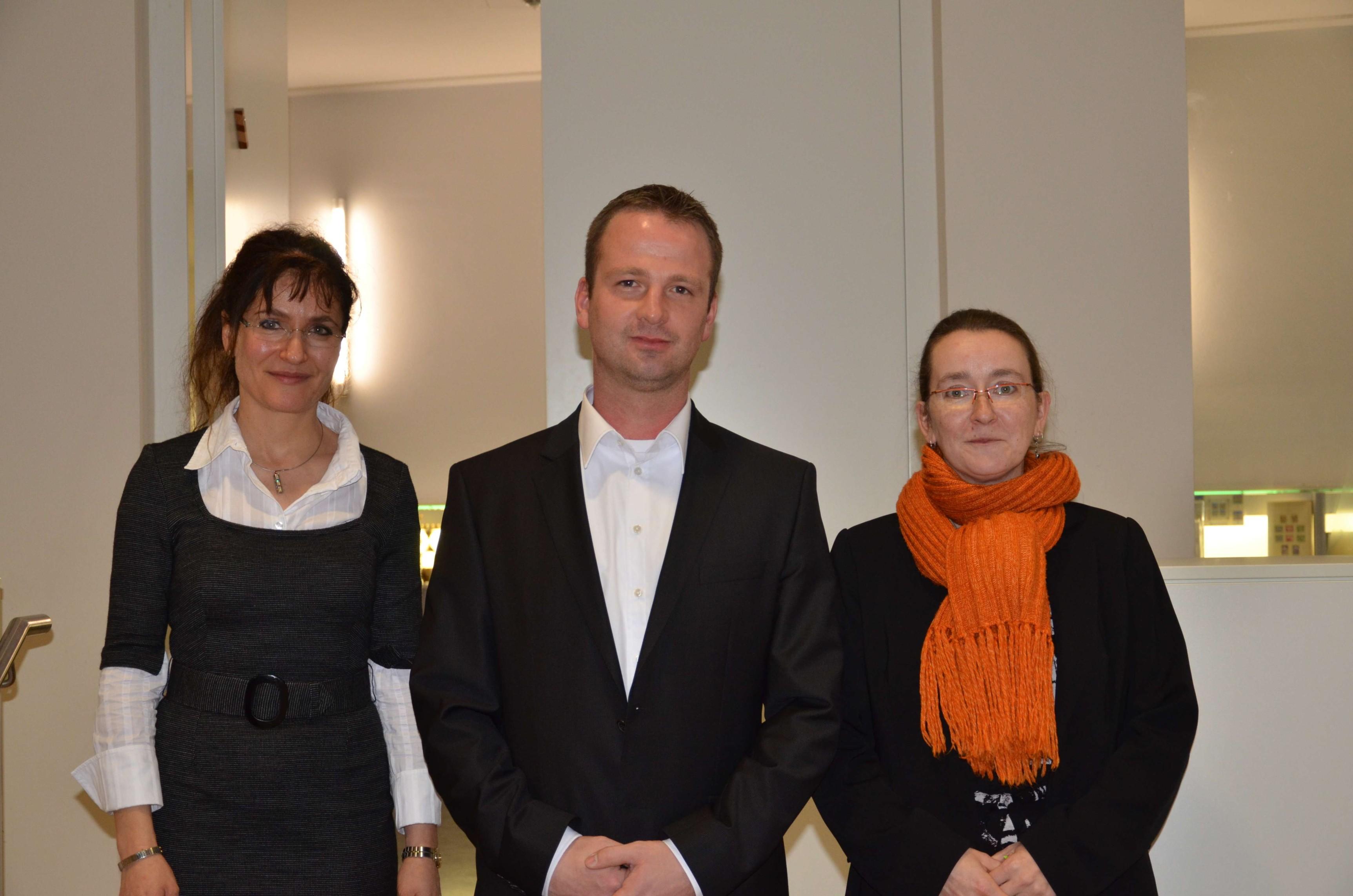 Judith Neuwald Tasbach (Jüdische Gemeinde), Patrick Arnold (Schalker Fanprojekt ) und Susanne Franke (Schalker Fan-Initiative e.V.), Foto: Jürgen Gabelmann
